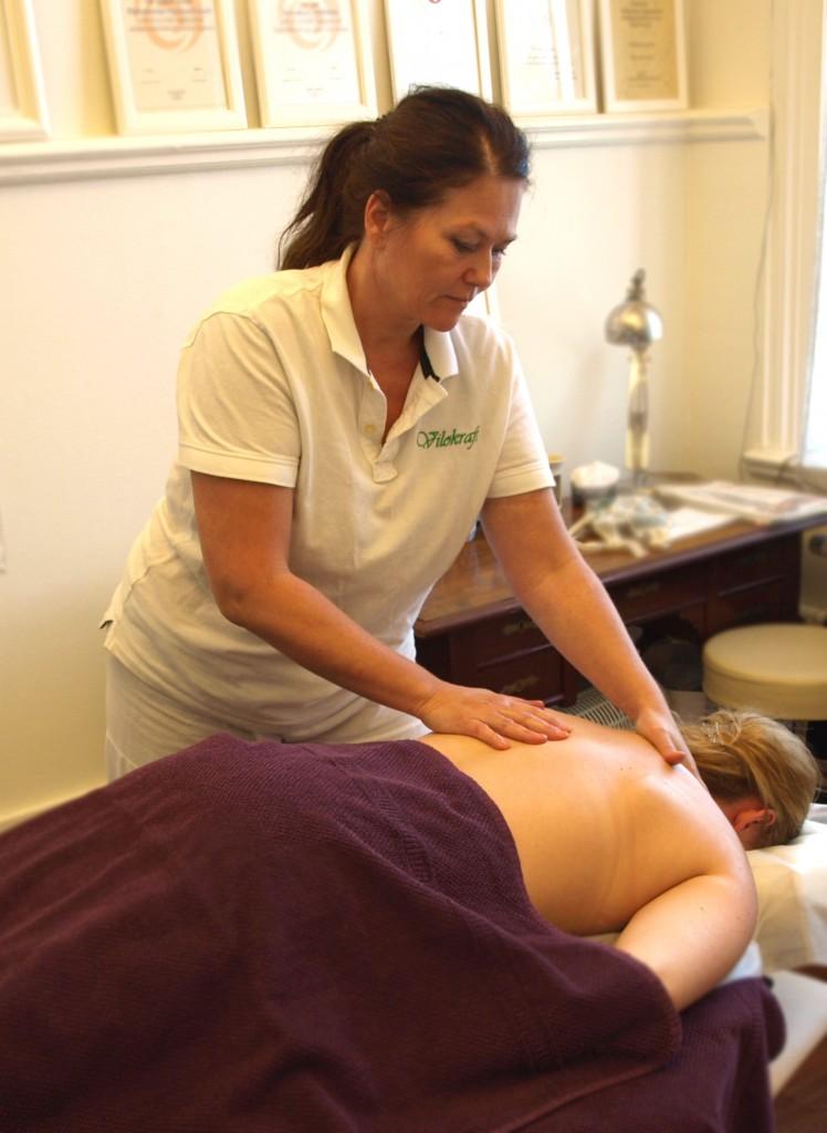 Bild på när en kund får massage av Kristina.